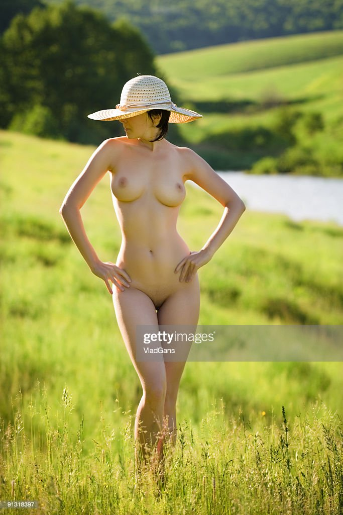 Nude babes on gras